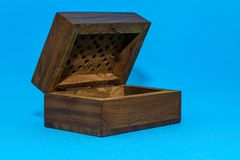 Caja de madera abierta aislada de la foto en estilo del vintage en fondo azul imagen de archivo