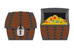 Caja de madera al aire libre e interior del cofre del tesoro Monedas de oro y RRPP Imágenes de archivo libres de regalías