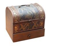 Caja de madera antigua en el fondo blanco, espacio de la copia fotografía de archivo libre de regalías