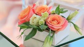 Caja de madera blanca con los soportes de flores frescas en una tabla duplicada Fotografía de archivo