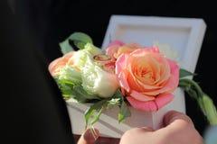 Caja de madera blanca para los anillos con las flores frescas Fotografía de archivo libre de regalías