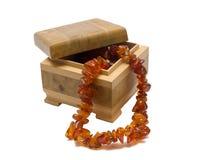 Caja de madera con el collar ambarino Foto de archivo
