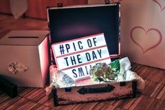 Caja de madera con el ramo de flores y de invitación imágenes de archivo libres de regalías
