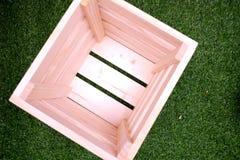 Caja de madera con la hierba verde Imágenes de archivo libres de regalías