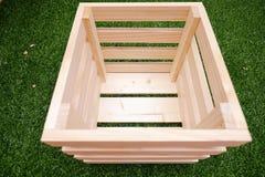 Caja de madera con la hierba verde Imagen de archivo