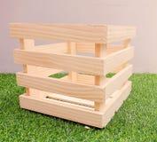 Caja de madera con la hierba verde Imagen de archivo libre de regalías