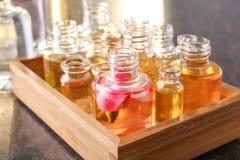 Caja de madera con las botellas de perfume Fotografía de archivo