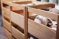 Caja de madera con las decoraciones de la bola de la Navidad Imagen de archivo libre de regalías