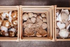 Caja de madera con las decoraciones de la Navidad Fotos de archivo