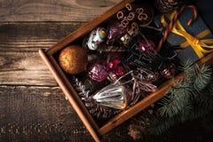 Caja de madera con las decoraciones de la Navidad y la opinión superior del regalo Foto de archivo