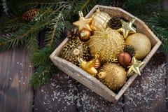 caja de madera con las decoraciones de oro de la Navidad en la tabla, visión superior Fotografía de archivo