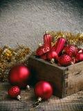 Caja de madera con las decoraciones rojas de la Navidad Fondo de la tarjeta del Año Nuevo y de Navidad Copie el espacio Foco sele Imágenes de archivo libres de regalías