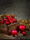 Caja de madera con las decoraciones rojas de la Navidad Fondo de la tarjeta del Año Nuevo y de Navidad Copie el espacio Foco sele Fotos de archivo