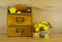 Caja de madera con las flores amarillas Foto de archivo libre de regalías
