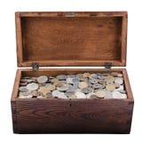 Caja de madera con las monedas viejas Fotografía de archivo libre de regalías