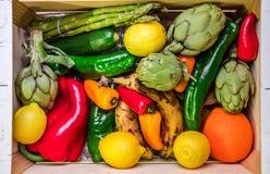 Caja de madera con las verduras y frutas sanas y comida real Foto de archivo libre de regalías
