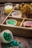 Caja de madera con los accesorios para los tratamientos del balneario Imágenes de archivo libres de regalías
