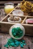 Caja de madera con los accesorios para los tratamientos del balneario Foto de archivo libre de regalías