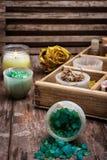 Caja de madera con los accesorios para los tratamientos del balneario Fotos de archivo libres de regalías