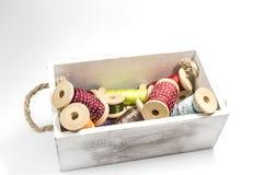 Caja de madera con los carretes de la cinta Fotos de archivo