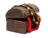 Caja de madera con los collares Fotografía de archivo libre de regalías