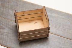 Caja de madera con los listones en un fondo blanco imagen de archivo