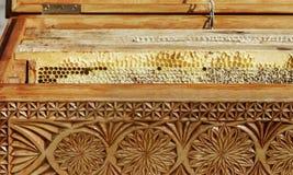 Caja de madera con los peines de la miel Fotografía de archivo