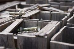 Caja de madera con los tornillos Foto de archivo libre de regalías