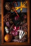 Caja de madera con vertical de las decoraciones y del regalo de la Navidad Imagen de archivo