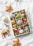 Caja de madera de decoraciones de la Navidad del vintage en el fondo ligero, visión superior Fotografía de archivo libre de regalías