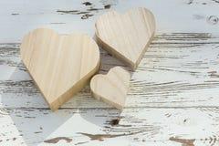 Caja de madera del corazón en la madera blanca Imagenes de archivo