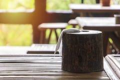 Caja de madera del tejido en la tabla de bambú Imagen de archivo libre de regalías
