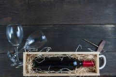 Caja de madera del vino del vintage con la botella Fotos de archivo