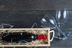 Caja de madera del vino del vintage con la botella Fotografía de archivo libre de regalías