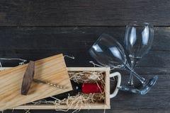Caja de madera del vino del vintage con la botella Imágenes de archivo libres de regalías