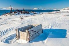 Caja de madera en el settle ártico Colesbukta (Svalbard) fotos de archivo libres de regalías