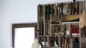 Caja de madera histórica por completo de herramientas viejas metrajes