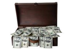 Caja de madera por completo de 100 dólares de billetes de banco aislados en el backg blanco Imagenes de archivo