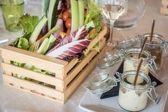 Caja de madera de verduras orgánicas en un restaurante imágenes de archivo libres de regalías