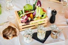 Caja de madera de verduras orgánicas en un restaurante foto de archivo libre de regalías