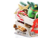 Caja de madera vieja con las decoraciones coloridas de la Navidad Imagen de archivo libre de regalías