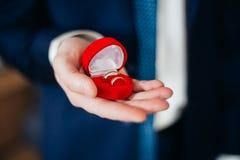 Caja de Man Holding Holding del novio con los anillos de bodas Fotos de archivo