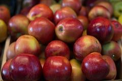 Caja de manzanas frescas en el escritorio de madera Imagen de archivo libre de regalías