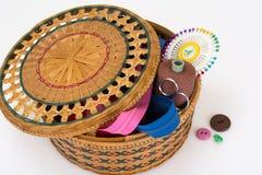 Caja de mimbre de la paja para los accesorios de costura Imagenes de archivo