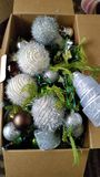Caja de Navidad por completo de bolas imagen de archivo