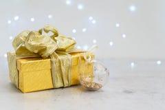 Caja de oro de la Navidad actual Fotografía de archivo libre de regalías