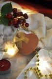 Caja de oro del presente del corazón con la decoración de la iluminación Fotografía de archivo libre de regalías