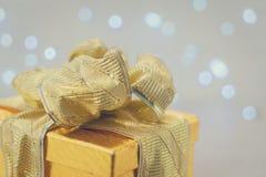 Caja de oro de la Navidad actual Fotos de archivo