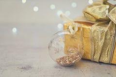 Caja de oro de la Navidad actual Imagen de archivo