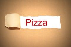 Caja de papel de Brown rasgada para revelar la pizza Imagen de archivo libre de regalías
